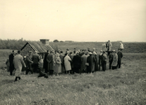 OV_HEINDIJK_87 Oostvoorne; Een groep mensen bij de opening van de herbouwde Kogelgloeioven, 1957