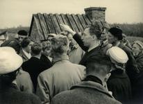 OV_HEINDIJK_88 Oostvoorne; Een groep mensen bij de opening van de herbouwde Kogelgloeioven, 1957