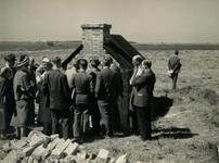 OV_HEINDIJK_89 Oostvoorne; Een groep mensen bij de opening van de herbouwde Kogelgloeioven, 1957