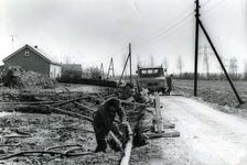 OV_KONNEWEG_02 Aanleg van een pijpleiding door Voorne-Putten. Aanpassing van de riolering; ca. 1970