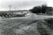 OV_KONNEWEG_02 Aanleg van een pijpleiding door Voorne-Putten. Werkzaamheden ter hoogte van de Aalbrechtsweg; ca. 1970