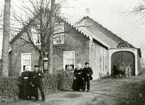 OV_KOOLHOEKWEG_01 De familie Comijs voor hun boerderij; ca. 1910