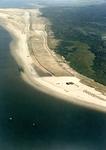 OV_LUCHTFOTO_15 Het opspuiten van het strand (Kustverzwaring). Op de achtergrond het Autostrand. het Oostvoornse Meer ...