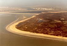 OV_LUCHTFOTO_17 Het opspuiten van het strand (Kustverzwaring). Op de achtergrond de Maasvlakte in aanleg; ca. 1988