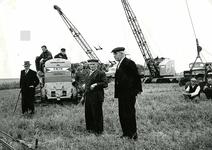 OV_OOSTVOORNSEMEER_22 De draglines staan te wachten op het startsein voor de aanleg van het Oostvoornse Meer; 1958