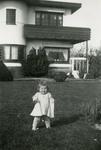 OV_PERS_255 Carla Gorzeman doet haar eerste stapjes; ca. 1950