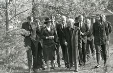 OV_PERS_279 De jarige natuurbeschermer C. Sipkes leidde koningin Beatrix langs de Tenellaplas; 22 oktober 1985