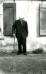 OV_PERS_318 Portret van de 100-jarige Job Moerman voor zijn huisje aan de Rietdijk
