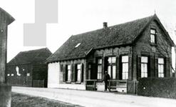 OV_SCHRIJVERSDIJK_06 Café van de heer Leen Nieuwland, tramhalte Prinsenstee van de RTM. Afgebroken in 1940; ca. 1930