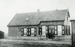 OV_SCHRIJVERSDIJK_17 Café van de heer Leen Nieuwland, tramhalte Prinsenstee van de RTM. Afgebroken in 1940; ca. 1920
