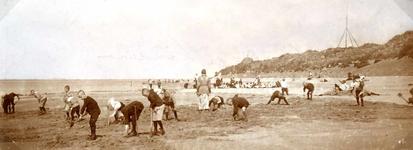 OV_STRAND_33 Spelende kinderen op het strand; ca. 1930