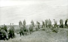OV_WATERSNOODRAMP_031 Oostvoorne; Vrijwilligers werken aan het versterken van de Brielse Maasdam, 1 februari 1953