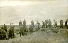 OV_WATERSNOODRAMP_032 Oostvoorne; Vrijwilligers werken aan het versterken van de Brielse Maasdam, 1 februari 1953
