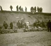 OV_WATERSNOODRAMP_034 Oostvoorne; Vrijwilligers werken aan het versterken van de Brielse Maasdam, 1 februari 1953