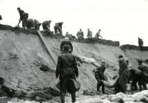 OV_WATERSNOODRAMP_038 Oostvoorne; Vrijwilligers werken aan het versterken van de Brielse Maasdam, 1 februari 1953