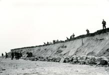OV_WATERSNOODRAMP_039 Oostvoorne; Vrijwilligers werken aan het versterken van de Brielse Maasdam, 1 februari 1953