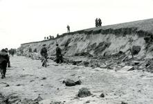 OV_WATERSNOODRAMP_040 Oostvoorne; Vrijwilligers werken aan het versterken van de Brielse Maasdam, 1 februari 1953