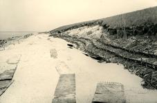OV_WATERSNOODRAMP_042 Oostvoorne; Herstelwerkzaamheden aan de Brielse Maasdam, 21 mei 1953