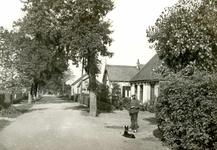OV_ZANDWEG_01 Kijkje in de Zandweg. Rechts dhr. Koop Mand; ca. 1930