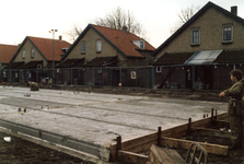 OV_ZANDWEG_06 Aanbouw van tien nieuwe woningwetwoningen langs de Zandweg, met daarachter de te slopen woningen; 1987