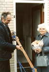 OV_ZANDWEG_14 Mevrouw Willmes ontvangt de eerste sleutel van de nieuwe woningen langs de Zandweg; 7 oktober 1987