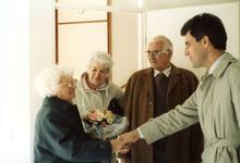 OV_ZANDWEG_15 Mevrouw Willmes ontvangt de eerste sleutel van de nieuwe woningen langs de Zandweg; 7 oktober 1987