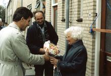 OV_ZANDWEG_16 Mevrouw Willmes ontvangt de eerste sleutel van de nieuwe woningen langs de Zandweg; 7 oktober 1987