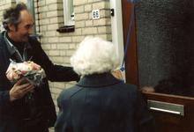 OV_ZANDWEG_17 Mevrouw Willmes ontvangt de eerste sleutel van de nieuwe woningen langs de Zandweg; 7 oktober 1987