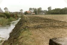 OH_EEWEG_05 Uitbaggeren van de watering langs de Eeweg achter de Den Uylstraat. Op de achtergrond de Hollandseweg; ca. 1997