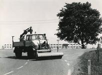 OH_RUIGENDIJK_04 De kruising Ruigendijk en Dorpsweg, waar het waterschap met een veegwagen het kruispunt reinigt; ca. 1965