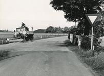 OH_RUIGENDIJK_05 De kruising Ruigendijk en Dorpsweg, waar het waterschap met een veegwagen het kruispunt reinigt; ca. 1965