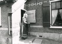 RO_DUINSTRAAT_12 Mevrouw Klok in streekdracht bij een Duinhuisje in het museum De Duinhuisjes; 1990