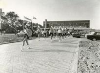 RO_DWARSWEG_39 Opening van de sporthal De Merel met majorette en muziekkorps Ons Genoegen ; 31 oktober 1973