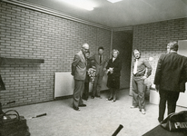 RO_DWARSWEG_41 Opening van de sporthal De Merel: Mr. M. Vrolijk met sportzaal beheerders de fam.van de Engel; 31 oktober 1973