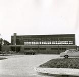 RO_DWARSWEG_47 Opening van de sporthal De Merel. Vooraanzicht van de sporthal met parkeerterrein; 31 oktober 1973