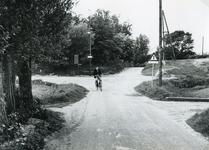 RO_KORTEWEG_01 De kruising van de Korteweg en de Duinrand. Op de fiets beheerder van het Itersonkamp: B. Winkelhorst; 1956