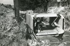 RO_KORTEWEG_07 Het aanleggen van de duiker in de Korteweg, nabij de Vleerdamsedijk. Het plaatsen van de elementen; ca. 1957