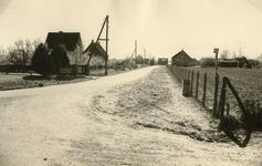 RO_KORTEWEG_12 Korteweg de sloot aan de rechter zijde is gedempt, voor verbreding van de weg en aanleg van voetpad; 1955