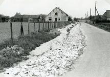 RO_KORTEWEG_13 Korteweg de sloot aan de linker zijde is gedempt, voor verbreding van de weg en aanleg van voetpad; 1955