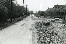 RO_KORTEWEG_15 Westelijk deel van de Korteweg. De sloot is gedempt voor verbreding van de weg en aanleg voetpad; 1955