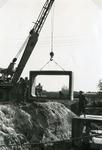 RO_KORTEWEG_16 Plaatsing van de duiker elementen in de Korteweg bij de aansluiting op de Vleerdamsedijk; ca. 1957