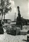 RO_KORTEWEG_17 Plaatsing van de duiker elementen in de Korteweg bij de aansluiting op de Vleerdamsedijk; ca. 1957