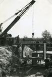 RO_KORTEWEG_18 Plaatsing van de duiker elementen in de Korteweg bij de aansluiting op de Vleerdamsedijk; ca. 1957