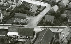 RO_MIDDELDIJK_08 Luchtfoto van de Middeldijk met links de woning van de familie Snoeij dan de Vlasschuur van de familie ...
