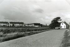 RO_MIDDELDIJK_19 De Middeldijk met rechts de woning van de familie Vermaat en links de woningen aan de Mercuriuslaan en ...
