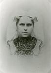 RO_MIDDELWEG_05 Mevr. Kruik-van Toledo. Bewoonster van de boerderij Stuijvenburg ; 1910