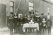 RO_MIDDELWEG_06 De familie Kruik voor hun woning de boerderij Stuijvenburg . V.l.n.r. 1. Huigje, 2.Kaatje,3. K.F.M. van ...