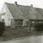 RO_MIDDELWEG_09 Oude woning langs de Middelweg, gesloopt in 1974 (voorzijde); 1974