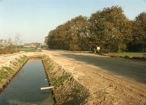 RO_MIDDELWEG_13 Opgeknapte verbeterde sloot, berm en wegdek langs de Middelweg; 1995