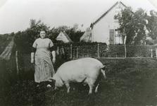 RO_PERSONEN_16 Mevrouw Koekendorp voor haar woning aan de Boomweg met een varken; ca. 1930